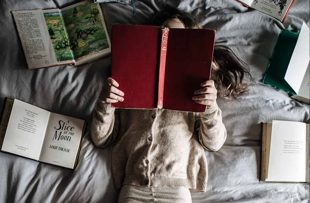 Låna hem barnböcker från biblioteket