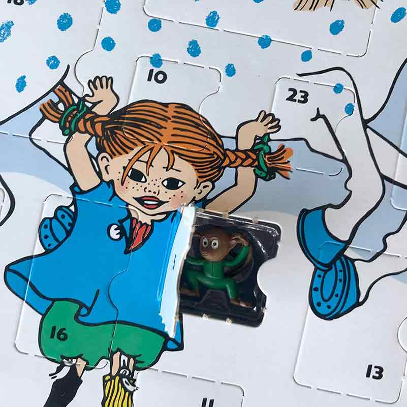 Herr Nilsson tittar fram ur en lucka på Pippi Adventskalender 2020